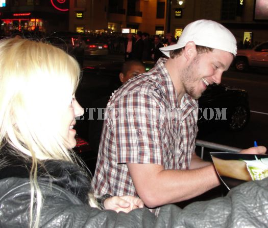 anna farris signing autographs for fans at the you again premiere