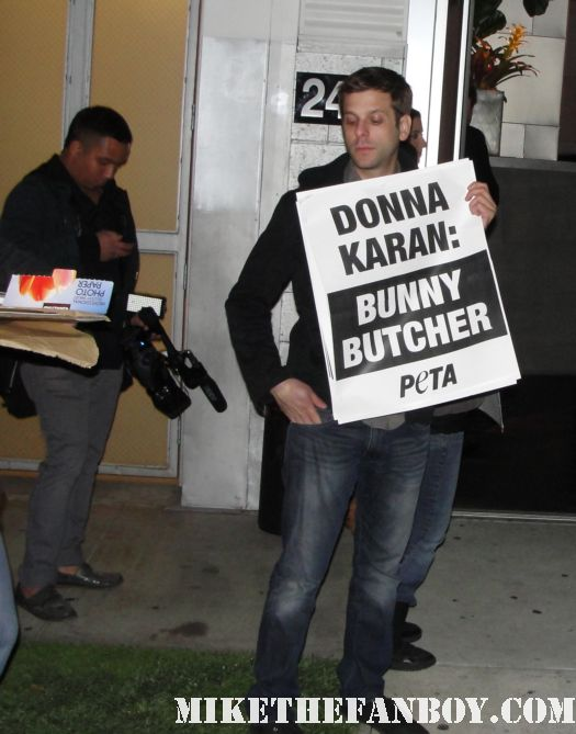 chris hemsworth donna karen bunny protestors at pier 59 studios rare signed autograph