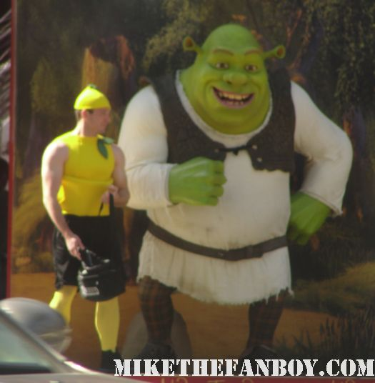 scream 4 man dressed like a lemon at the scream 4 premiere shrek neve campbell rare
