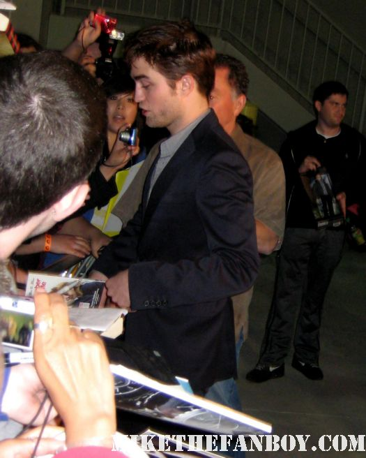 robert pattinson rob pattinson signs autographs for fans after taping an episode of jimmy kimmel live rare hot sexy promo rare water for elephants twilight