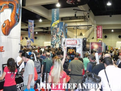 San diego comic con 2011 rare convention floor rare swag promo warner bros booth signed autograph posters hot sweaty people bodies ugh.. promo shirt cast signed hot rare
