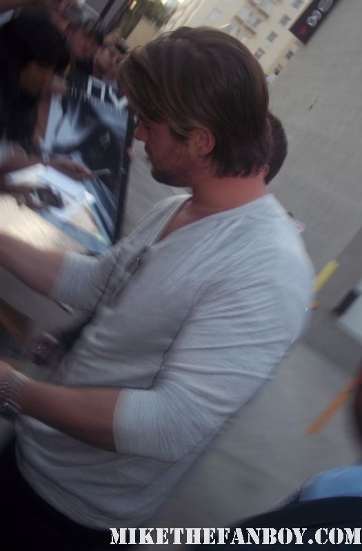 chris hemsworth thor star looking sexy and hot signing autographs for fans posing photos shirtless sexy hot rare promo