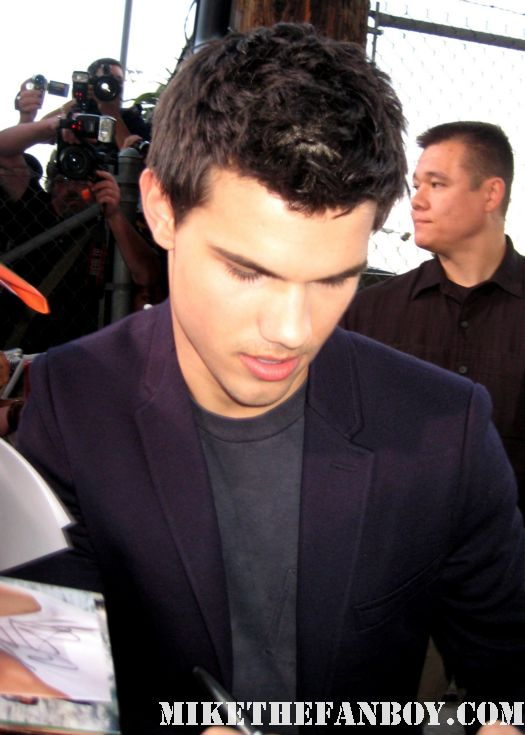 twilight star taylor lautner signs autographs for fans rare signed autograph photo hot sexy abs jacob black poster photo mini rare hot sexy damn fine