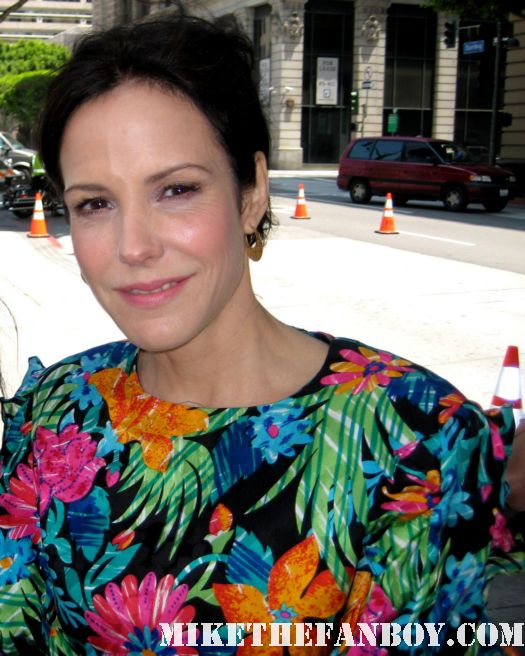 mary louise parker in character as nancy botwin filming weeds season 7 in los angeles signing autographs for fans on set rare photo shoot sexy hot rare