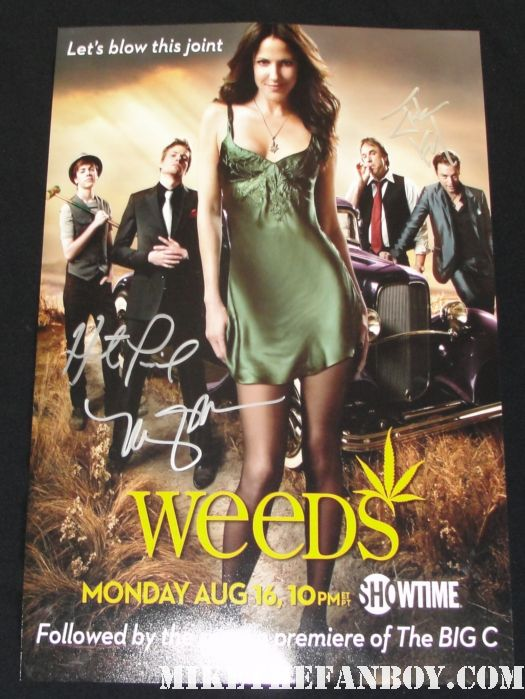 mary louise parker in character as nancy botwin filming weeds season 7 in los angeles signing autographs for fans on set rare photo shoot sexy hot rare weeds season 6 promo poster hand signed autograph hunter parrish mary louise parker justin kirk rare showtime promo
