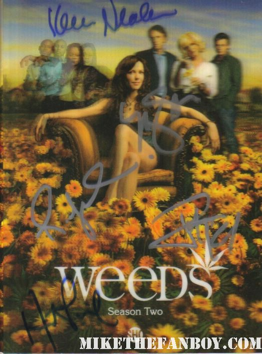 mary louise parker in character as nancy botwin filming weeds season 7 in los angeles signing autographs for fans on set rare photo shoot sexy hot rare weeds rare season two lenticular book hand signed autograph romny malco mary louise parker justin kirk hunter parrish kevin nealon rare