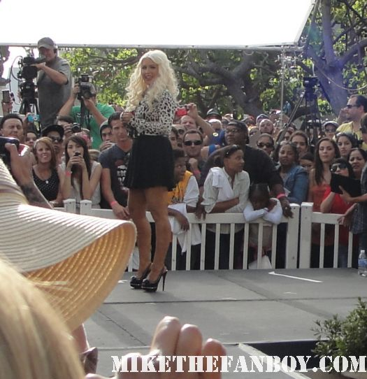 Christina-Aguilera-signs-autographs-for-fans-before-taping-extra-with-mario-lopez-at-the-grove