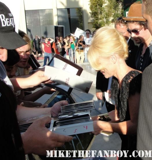 actor tara buck signing autographs for fans at the true blood season 4 world premiere red carpet rare promo poster true colors premiere rare fangtasia promo sign autographs
