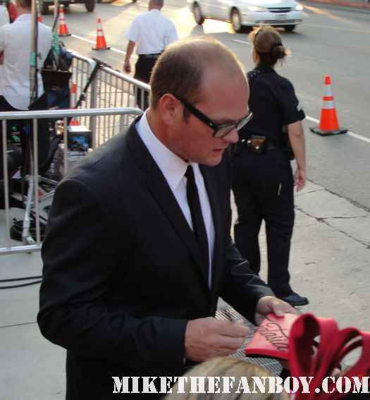 chris bauer andy bellfleur on true blood signs autographs for fans at the true blood season 4 world premiere red carpet