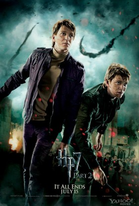 Fred-and-George-Weasley-in-Harry-Potter-and-the-Deathly-Hallows-Part-2-individual promo fighting mini poster promo movie poster james phelps oliver phelps