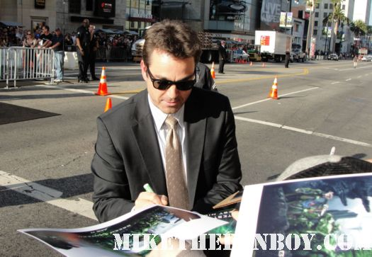 jon tenny from green lantern crosses to sign autographs for the fans at the barricades hot sexy rare promo signed autoraph promo poster