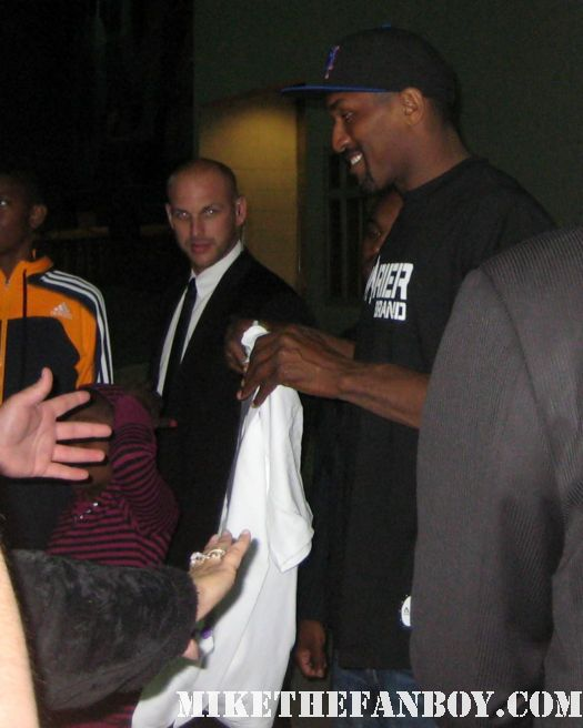los angeles lakers star ron artest signs autographs for fans Amazing Defender tall hot sexy basketball player signed autograph signature #37 15