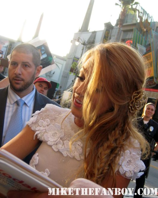gossip girl star blake lively signs autographs for fans at the green lantern world movie premiere sexy hot rare signed autograph photo shoot naked rare promo fine photoshoot