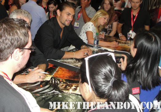 comic con san diego comic con 2011 sdcc 2011 jason momoa sexy hot rare conan the barbarian cast autograph signing at the lionsgate booth sexy muscle