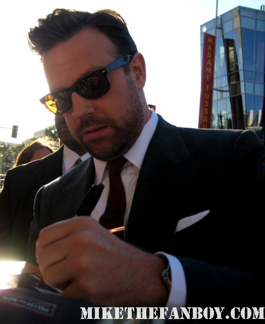 jason sudeikis signing autographs for fans at the world premiere of horrible bosses in hollywood SNL Mtv Music Awards rare promo hot