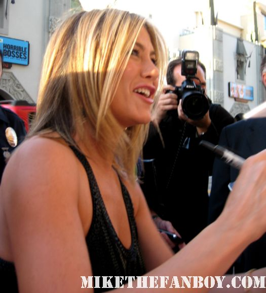jennifer aniston signing autographs for fans at the world premiere of horrible bosses in hollywood friends picture perfect the object of my affection rare rachel green hot the switch
