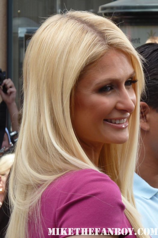 paris hilton on extra with mario lopez at the grove signing autographs for fans rare promo hot sexy rare