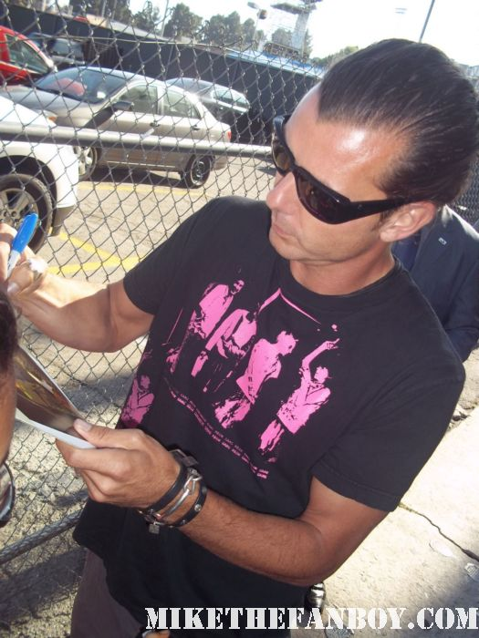 gavin rossdale from bush stops to sign autographs for waiting fans outside a talk show taping performance with Bush hot sexy photo shoot rare promo fine constantine