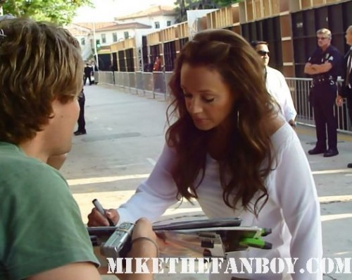 Leah Remini from King of queens and living dolls stops to sign autographs for fans at the zookeeper world movie premiere in westwood rare living dolls rare press photo promo hot sexy king of queens