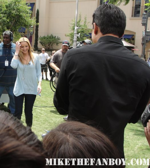 lisa kudrow friends star at a taping of extra at the grove with mario lopez to promote web therapy signed autograph friends phoebe buffay the comeback valerie cherish opposite of sex romy and michele's high school reunion