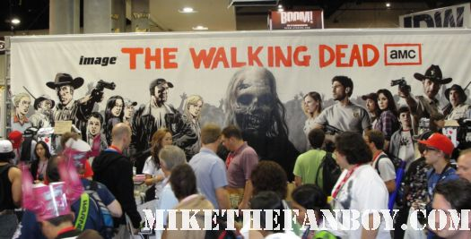 autograph san diego comic con sdcc 2010 rare convention floor wall to wall people 2011 rare promo hot sexy  the walking dead cast signing laurie holden rare