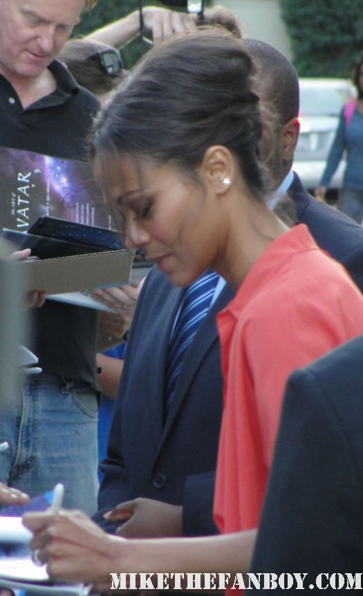 colombiana star zoe saldana signs autographs for waiting fans before a talk show star trek uhura rare promo