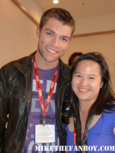 Liam McIntyre posing for a fan photo with erica spartacus blood and sand san diego comic con 2011 sdcc 2011 rare fan photo