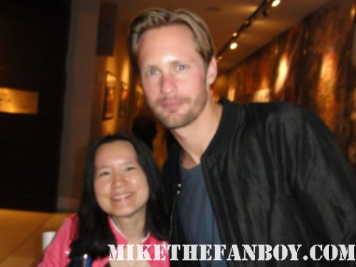 alexander skarsgard eric northman from true blood posing for a fan photo with linda erica's sister at san diego comic con sdcc 2011 hot sexy shirtless rare beard