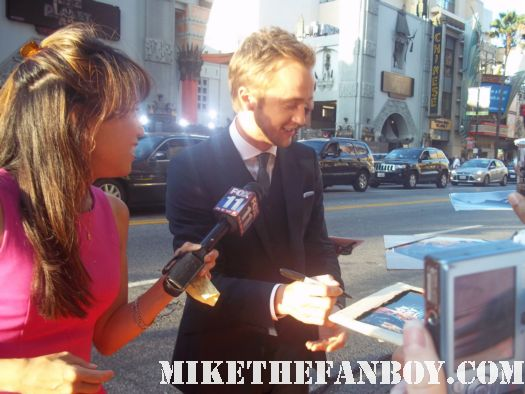 tom felton draco malfoy from harry potter signing autographs for fans at the rise of the planet of the apes premiere rare signed autograph hot sexy rare promo photo shoot damn sexy