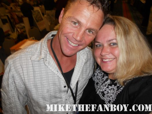 brian krause from charmed at the hollywood collector's show poses for a fan photo with pinky from pretty in pinky
