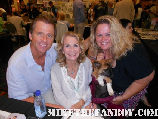 maxwell caulfield and juliet mills at  the burbank hollywood collector's show at the hollywood collector's show poses for a fan photo with pinky from pretty in pinky