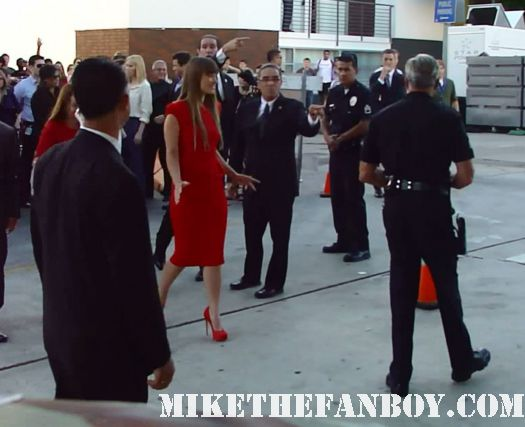 olivia wilde arrives and joins leslie mann from knocked up and 40 year old virgin-signs-autographs-for-fans-at-the-change-up-premiere The change up world movie premiere with ryan reynolds olivia wilde jason bateman leslie mann rare promo the crowd at the break up world movie premiere