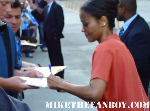 colombiana star zoe saldana signs autographs for waiting fans before a talk show star trek uhura rare promo