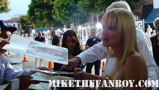Anna Farris walking over to the fans to sign autographs what's your number world movie premiere anna farris chris evan hot sexy dave annable zachary quinto blythe danner megan park signed autograph