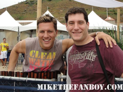 ross thomas from soul surfer and shelter poses for a fan photo with mike the fanboy at the 6th annual surfrider benefit