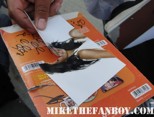 mike the fanboy ripping up a 4x6 photo of desperate housewives star eva longoria kiss them goodbye final season
