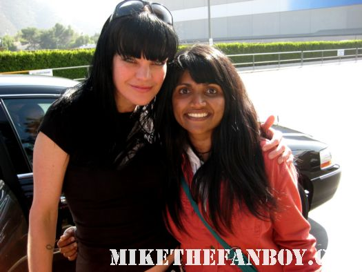pauley perrette poses for a photo with ncis fan anushika from mike the fanboy.comNCIS star Pauley Perrette takes a photo with uber fan anushika from mike the fanboy NCIS star Pauley Perrette stops her car to sign autographs for fans hot sexy Abby Sciuto rare