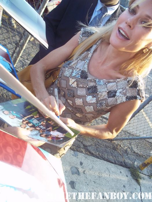 modern family star julie bowen signs autographs for waiting fans hunter parrish weeds sex hot rare claire dunphy happy gilmore