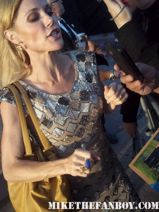 modern family star julie bowen signs autographs for waiting fans hunter parrish weeds sex hot rare claire dunphy