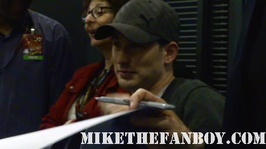 Chris evans looking sexy signs autographs for fans at new york comic con nycc 2011 rare promo avengers captain america rare push
