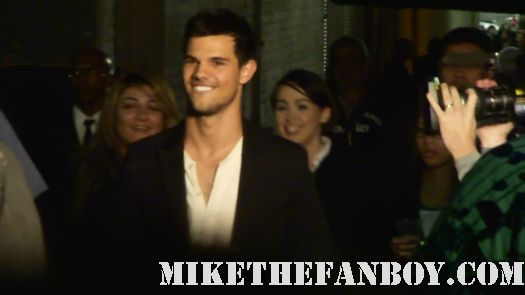 Sexy hot taylor lautner stops to sign autographs for fans! Hot sexy abs taylor lautner shirtless breaking dawn part 1 promo jacob black