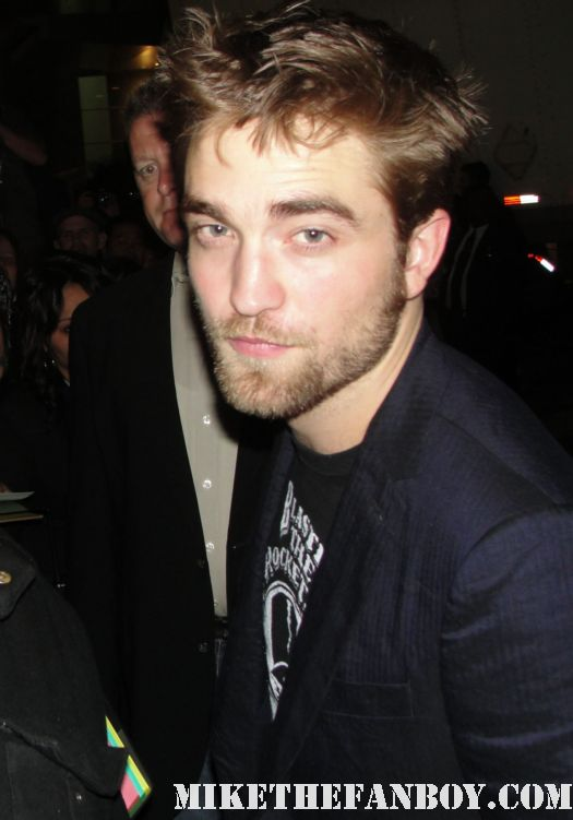 Robert pattinson signing autographs for fans after jimmy kimmel live hot sexy edward cullen cedric diggory harry potter promo remember me