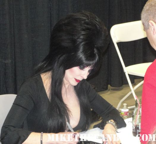 elvira mistress of the dark cassandra peterson signing autographs at comikaze expo 2011 for fans rare promo hot