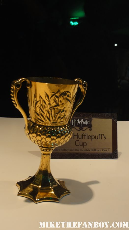 harry potter prop and costume display rare promo rare daily prophet newspaper harry potter and the deathly hallows daniel radcliffe Hufflepuff-cup