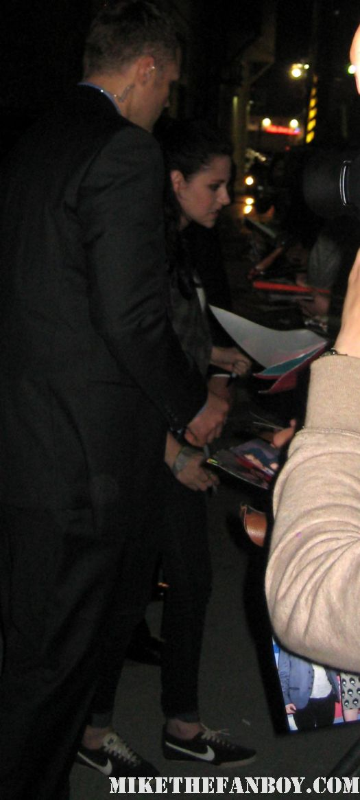 kristen stewart signing autographs for fans at jimmy kimmel live the crowd waiting for kristen stewart at jimmy kimmel live signed autograph new moon twilight hot sexy rare