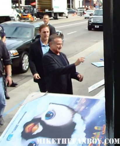 robin williams signing autographs at The Happy Feet Two World Movie Premiere! Pink... Or P!NK ! Robin Williams! Sofia Vergara! Hank Azaria! Elijah Wood!