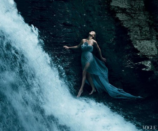 charlize theron hot and sexy photoshoot for the december issue of vogue magazine 2011 hot sexy photoshoot rare snow white and the huntsman prometheus young adult
