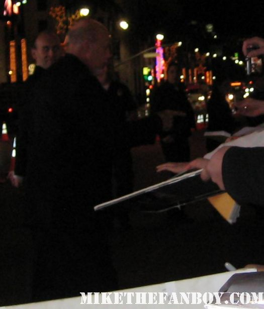 abigail breslin arrives the new years eve world movie premiere and signs autographs for fans