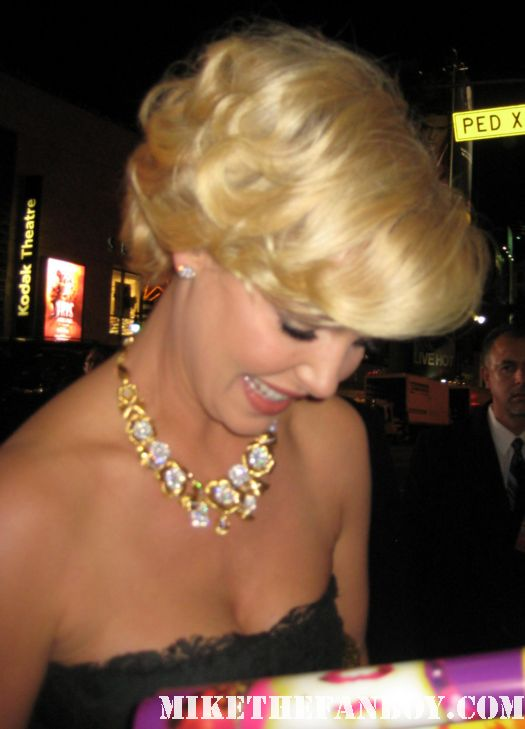 Katherine Heigl arrives the new years eve world movie premiere and signs autographs for fans
