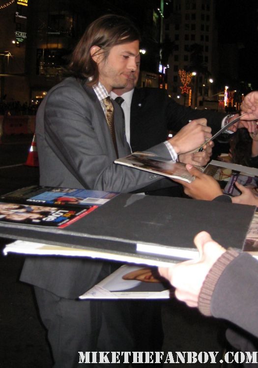 ashton kutcher arrives the new years eve world movie premiere and signs autographs for fans